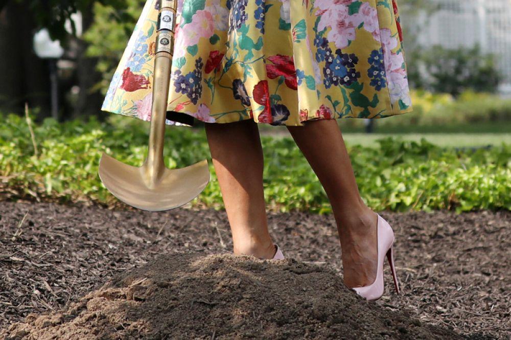 Первая леди США Мелания Трамп сажает деревья на Южном лужайке Белого дома в Вашингтоне, США.