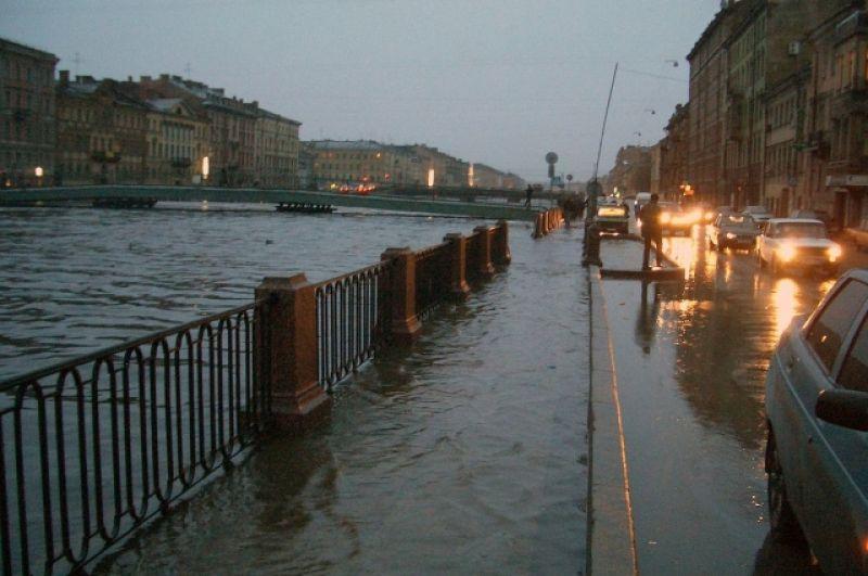 В список одних из самых сильных стихийных бедствий Петербурга конца XX века вошло наводнение 1999 года. Всего за час, ночью 30 ноября, уровень воды вырос на 1 метр. Всего вода поднялась до отметки 262 см выше ординара. Ущерб составил около шестисот миллионов рублей.