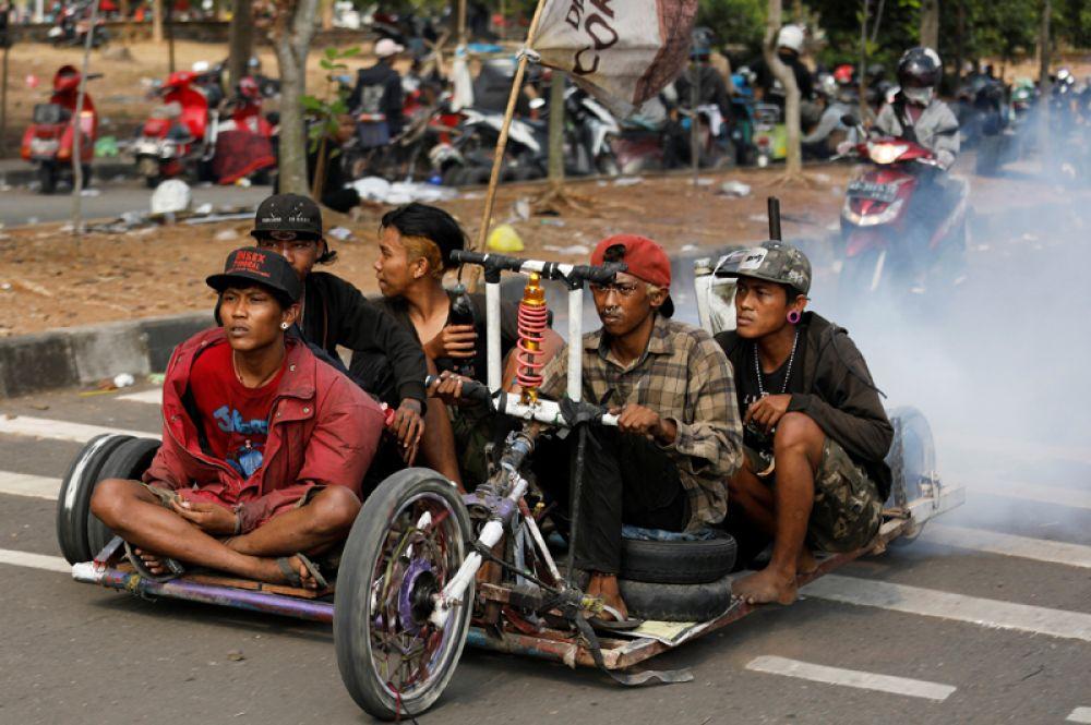 Участники ежегодного фестиваля по тюнингу скутеров Vespa в Семаранге, Центральная Ява, Индонезия.