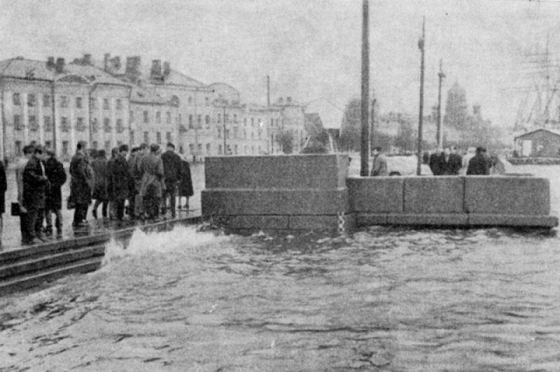 18 октября 1967 года подъем воды в Неве составил 244 см. Это наводнение нанесло значительный ущерб Васильевскому острову. Жителей же Сестрорецка эвакуировали на автомобилях-амфибиях.