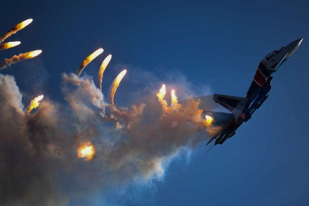 Многоцелевой истребитель Су-30СМ пилотажной группы «Русские витязи» на закрытии IV Международного военно-технического форума «Армия-2018».