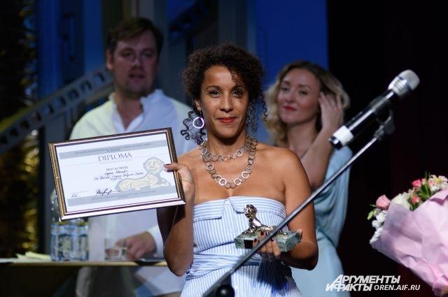 Режиссер София Джама получала награду за лучшую актрису фестиваля Лину Хоудри в своем фильме