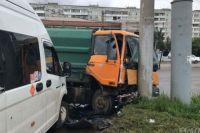 ДТП с двумя пассажирскими газелями и мусоровозом произошло утром.