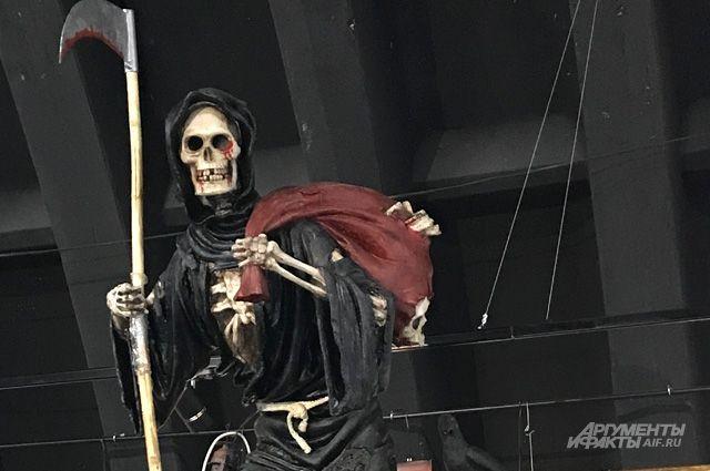 Старуха с косой из человеческих костей, конфеты «Поминальные» и сувенирные черепа - такие экспонаты в этом музее.