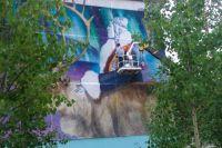 В рамках «Формулы искусства» в Губкинском расписали фасад дома и гараж