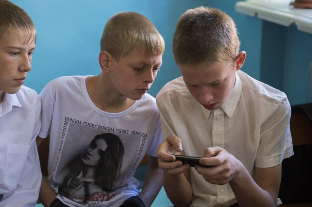 Мальчики перед началом торжественной линейки в школе в селе Кирилино Омской области.
