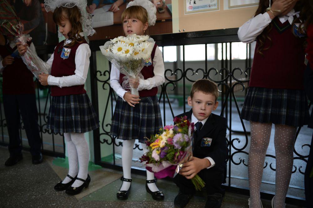 Первоклассники перед началом торжественной линейки, посвященной началу учебного года, в школе № 25 поселка Кудряшовский Новосибирской области.