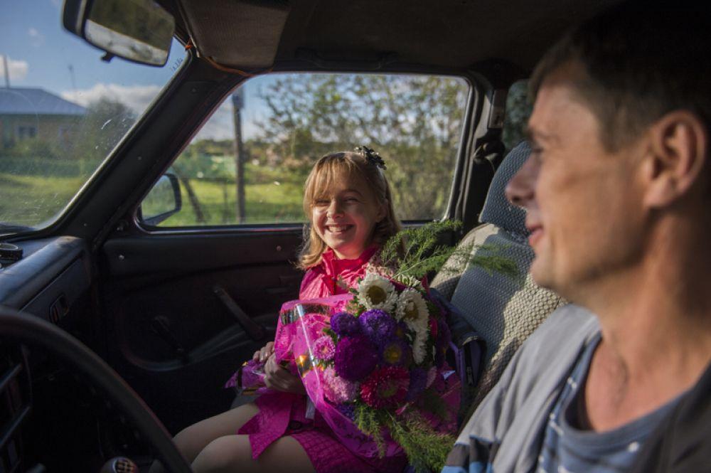 Девочка едет в школу в селе Кирилино Омской области.