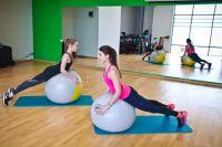 Упражнения на баланс в фитнес-клубе X-Fit.