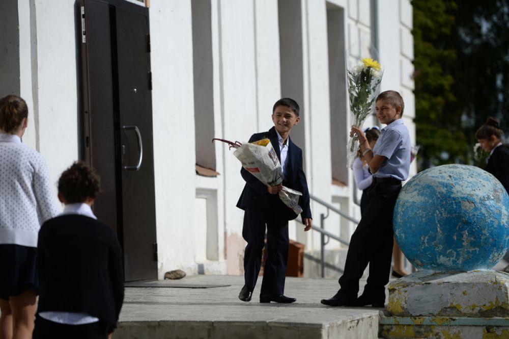 Ученики средней школы поселка Калиново Свердловской области перед праздничной линейкой в День знаний.