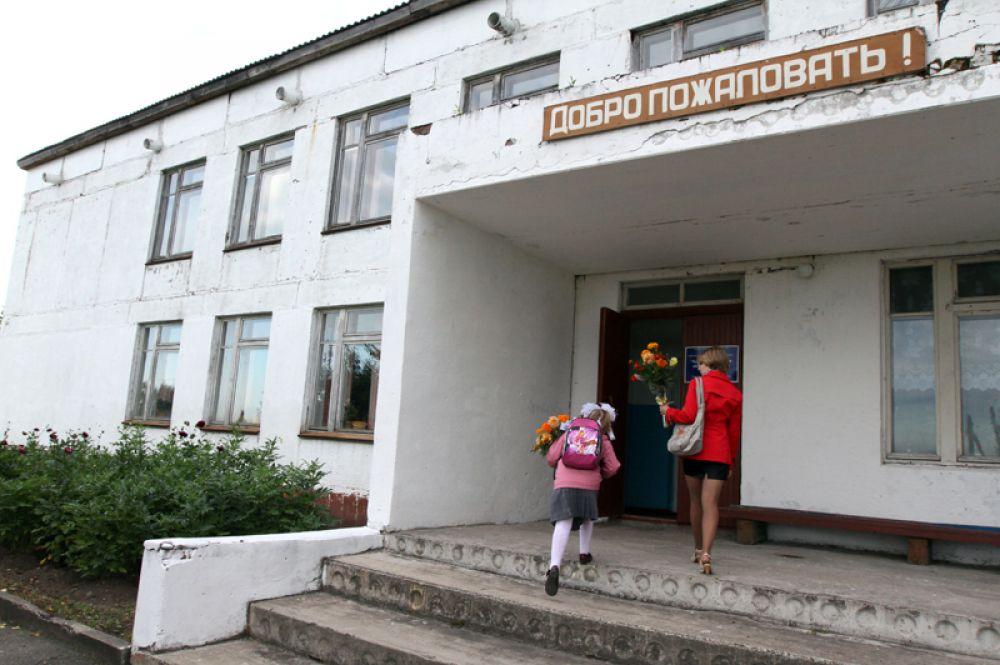 Ученицы идут в школу в деревне Баженово Омской области.