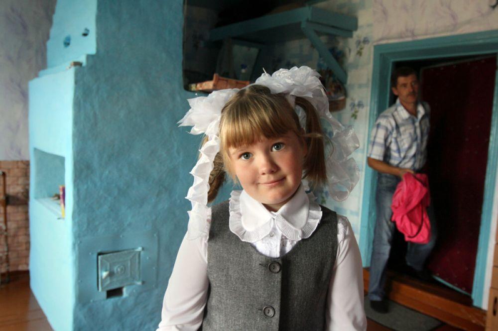 Первоклассница Вика Малашенок собирается в школу.