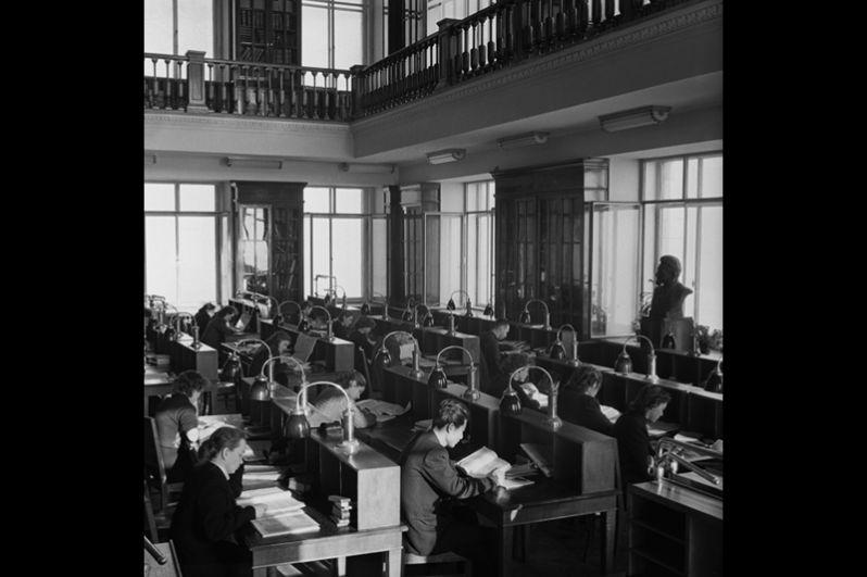 В читальном зале библиотеки географического факультета МГУ. 1955 год.