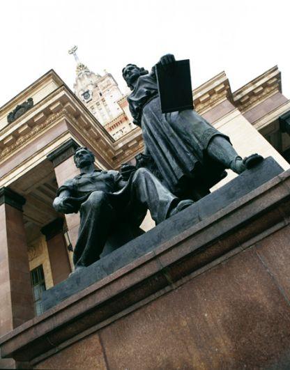 Монументальная композиция у здания Московского Государственного Университета. 2001 год.