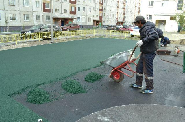 В Надыме приступили к укладке резинового покрытия на девяти площадках