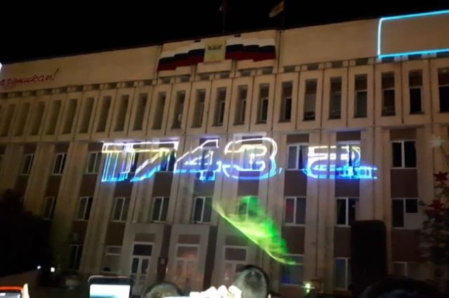 Оренбуржцам показали лазерное шоу у поющих фонтанов.