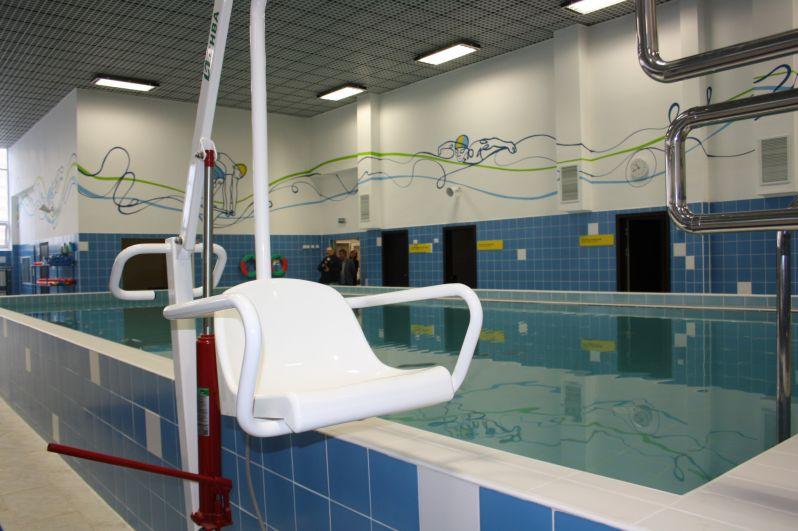 Бассейнов в школе два - большой и малый. Малый оборудован для инвалидов.