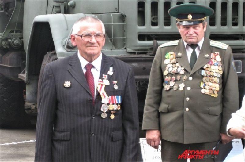 Известный хабаровский краевед, неизменный даритель музеев края и города Виктор Рахуба (слева).