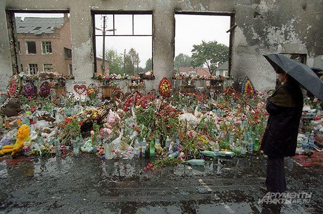 Стихийный мемориал школы №1 - в спортзале, где держали заложников