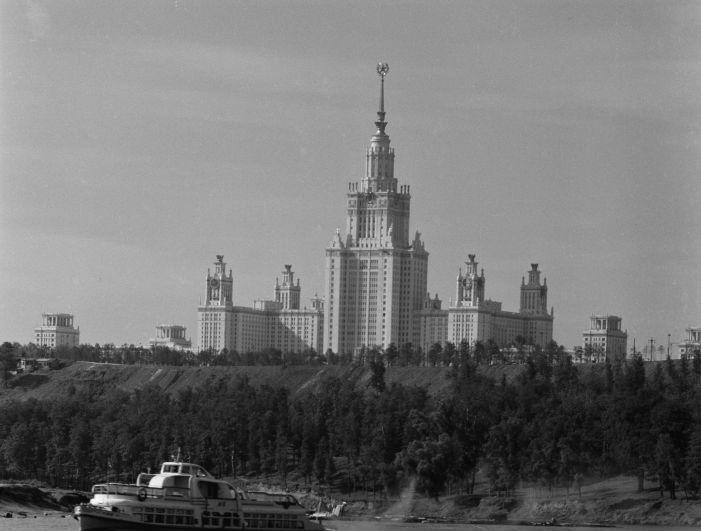 Здание Московского государственного университета, открывшееся на Ленинских горах. 1954 год.