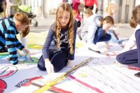 Тюменские школьники в День знаний нарисовали огромную открытку