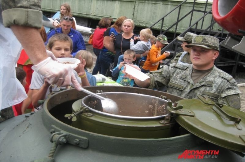 Военные угостили посетителей музея настоящей полевой солдатской кашей с чаем.