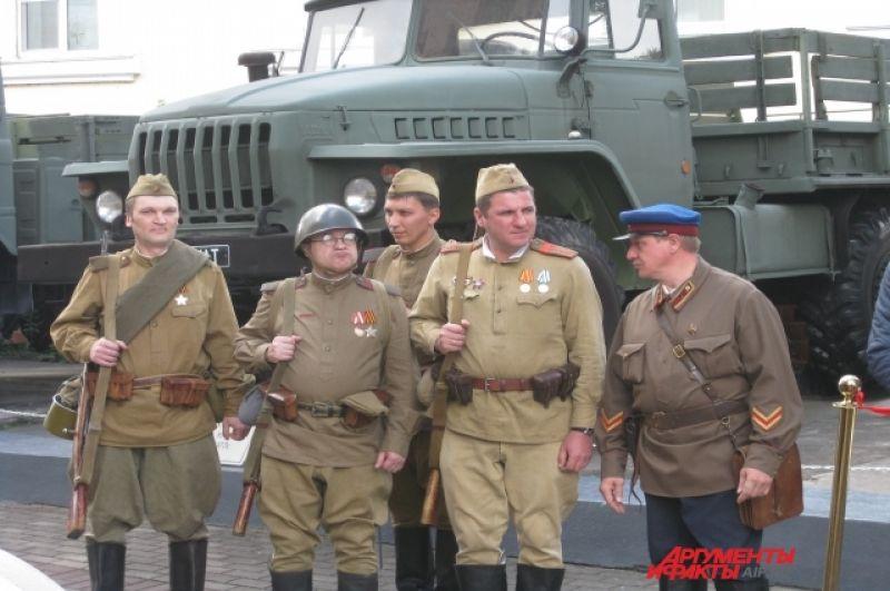 Представители военно-исторического клуба реконструируют боевые действия.