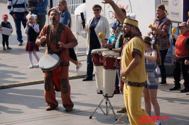 Перед пермяками выступили музыкальные коллективы.