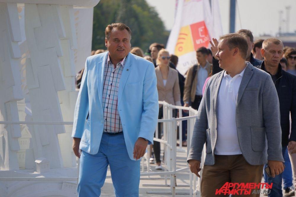 Юрий Уткин и Михаил Борисов спешат наградить самых активных пермяков.