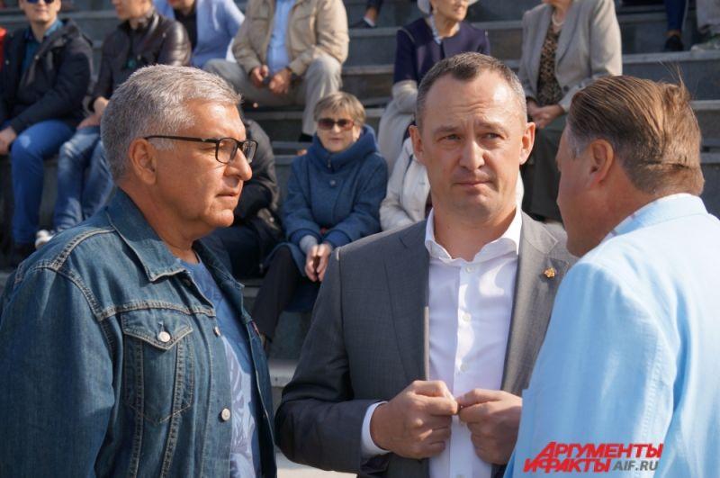 Поздравить жителей Перми приехали депутаты Госдумы Игорь Сапко и Алексей Бурнашов.