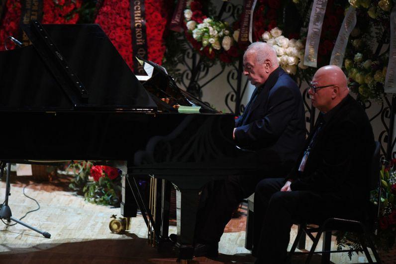 Слева: пианист, композитор Левон Оганезов на церемонии прощания с народным артистом СССР, певцом, депутатом Государственной Думы РФ Иосифом Кобзоном.
