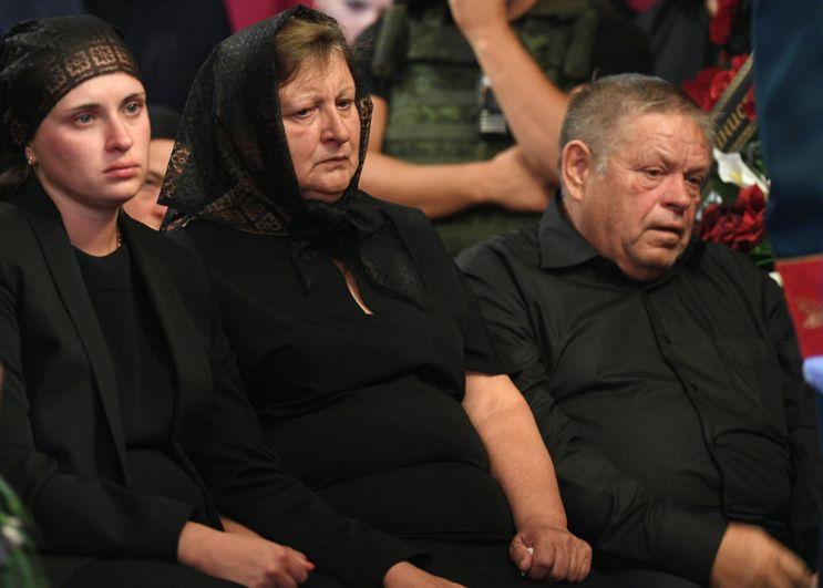 Вдова Наталья Захарченко (слева) на церемонии прощания с главой ДНР Александром Захарченко.