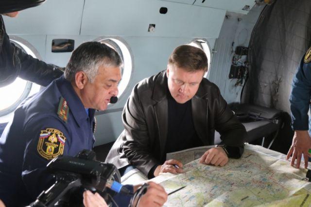 Магомет Дарсигов рассказывает губернатору Николаю Любимову о паводковой ситуации.