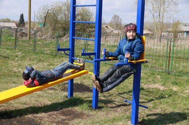 В новом парке оборудована детская площадка.