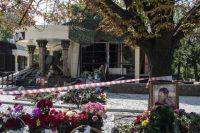 Цветы у здания кафе «Сепар» в Донецке, где произошел взрыв в результате которого погиб глава ДНР Александр Захарченко.