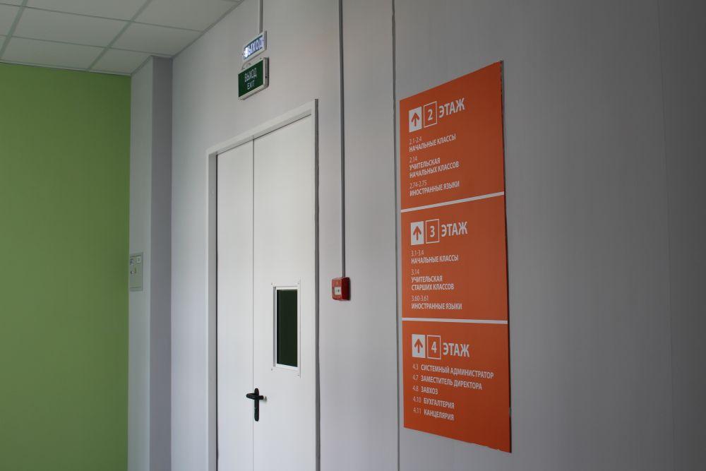 Чтобы дети не потерялись, возле каждой двери в коридоре висят указатели.