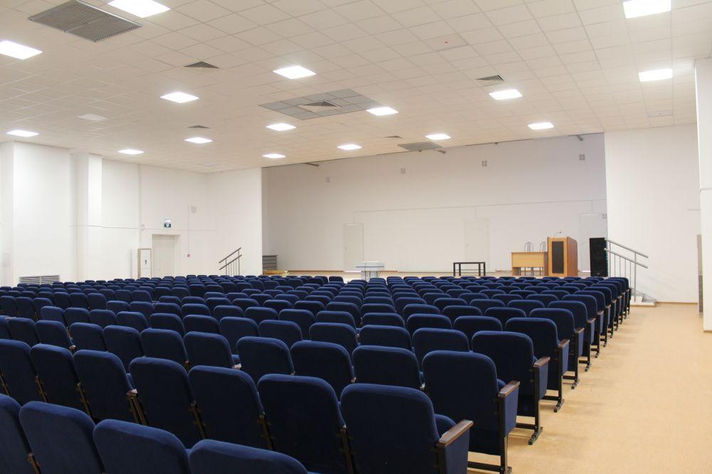 В актовом зале может поместиться 336 детей.