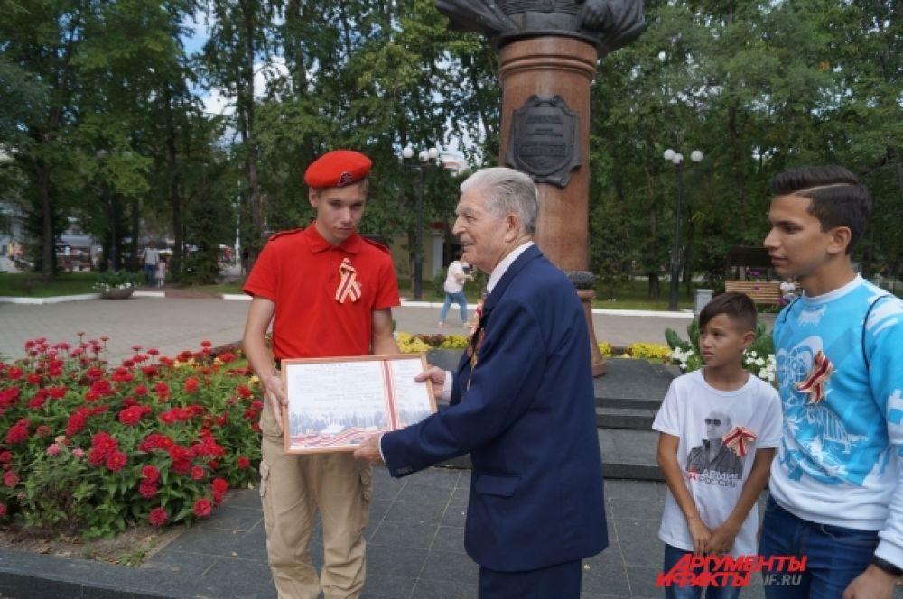 Ветеран передал копию телеграммы «Об окончании Второй мировой войны» участникам флэшмоба.