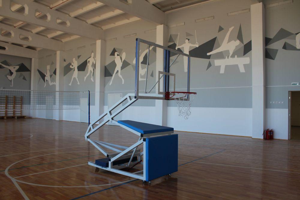 В большом спортзале есть передвижные кольца для баскетбола.