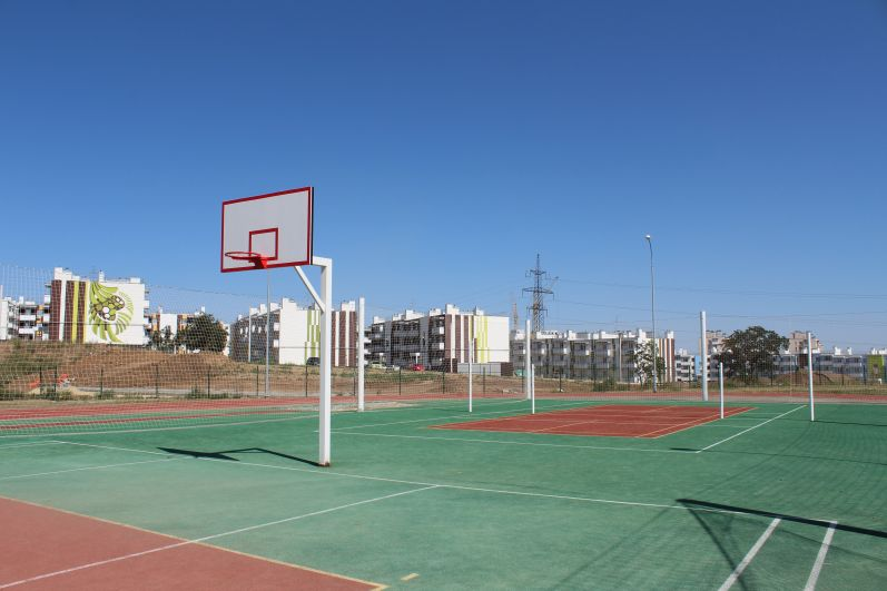 Стадион на улице возле школы.