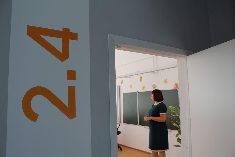 Номера кабинетов написаны не на маленькой табличке на двери, а рядом с кабинетами на стенах. Это огромные яркие цифры.