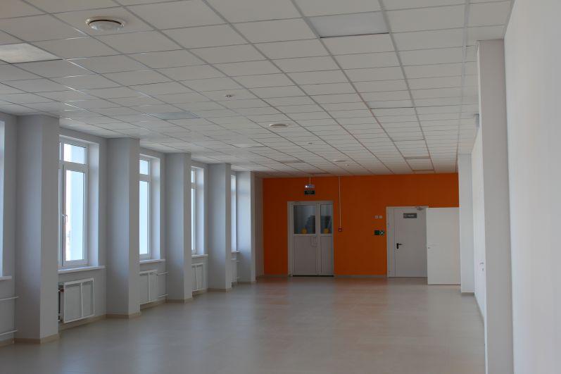 Внутри стены школы окрашены в яркие цвета.