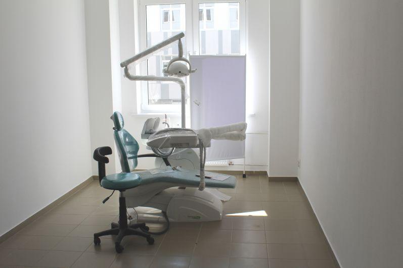 Есть в школе и оборудованный по последнему слову техники кабинет стоматолога.