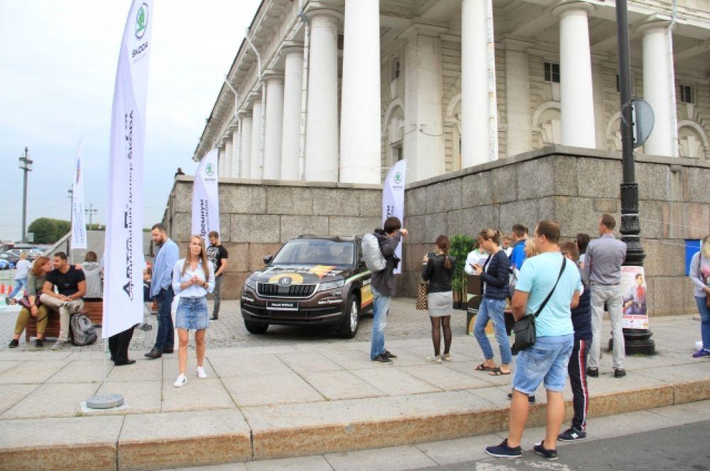 Гости праздника с удовольствием фотографировались на фоне автомобилей.
