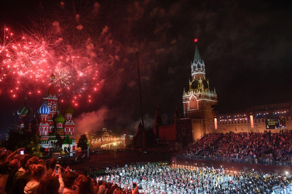 Салют на закрытии XI Международного военно-музыкального фестиваля «Спасская башня».