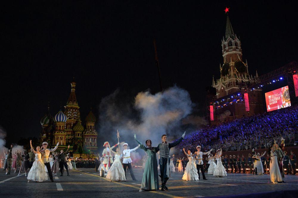 Танцоры на закрытии XI Международного военно-музыкального фестиваля «Спасская башня».