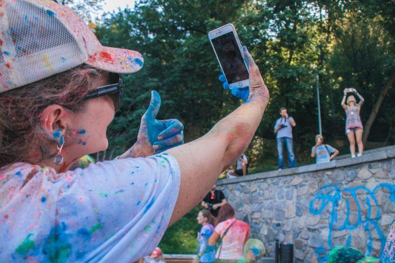 Бегуны устроили яркий флешмоб - они подбрасывали в небо краску, которая осталась после забега, фотографировались и веселились.