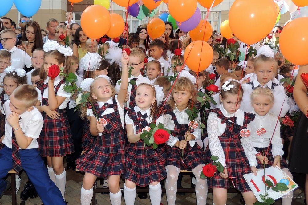 У каждого класса на линейке были воздушные шары определенного цвета.