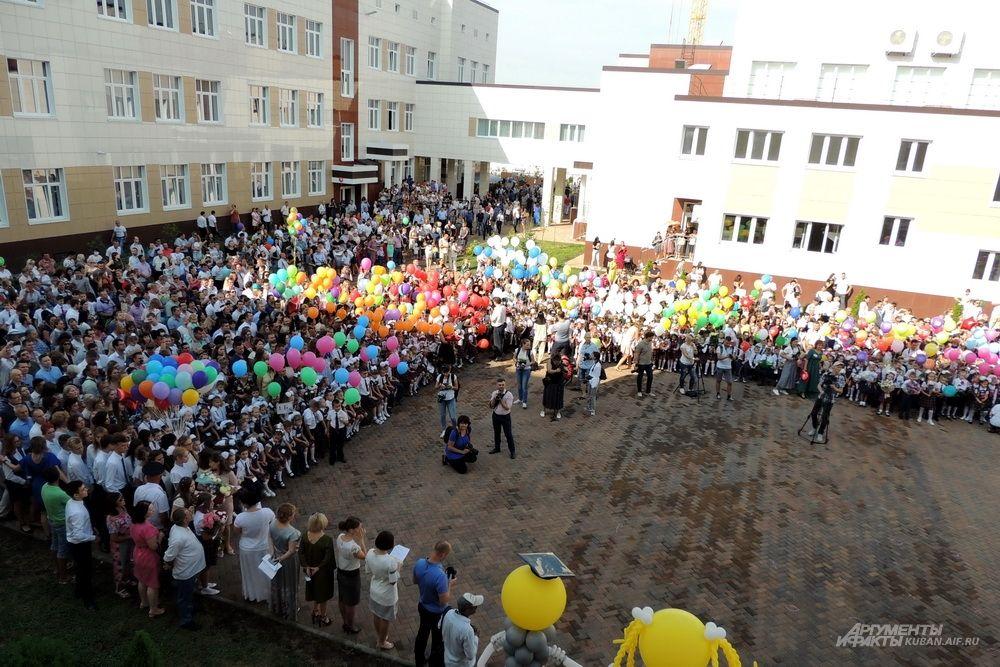 Двор школы заполнен до отказа.