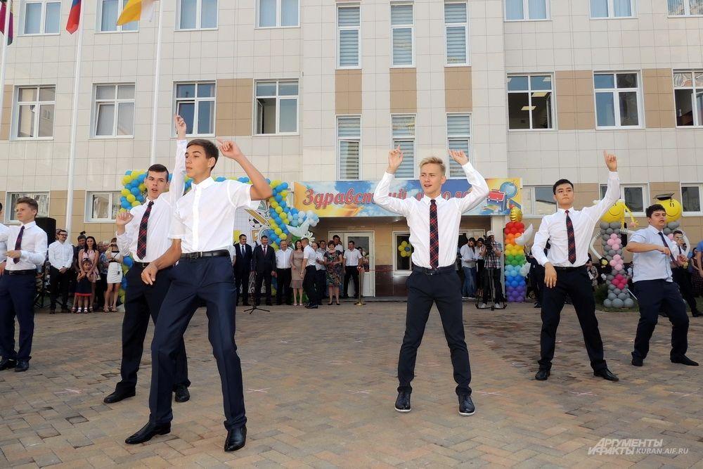 Старшеклассники танцуют для малышей.